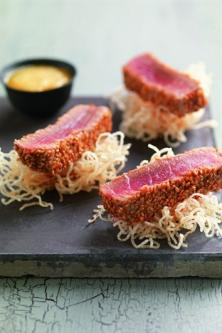Thon mi-cuit au sésame, sauce à l'orange et vermicelle de riz frit