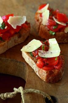 Bruschetta aux tomates, basilic et parmesan