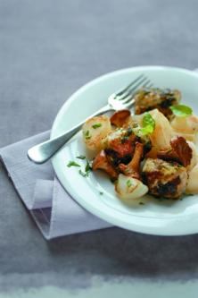 Filet de lapin au basilic, petits navets et girolles