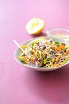 Salade aux carottes, au citron, au son d'avoine et aux graines germées
