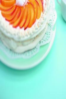 Gâteau de meringue aux pêches, chantilly au thé
