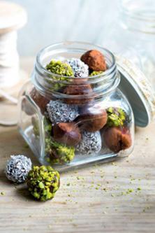Petites truffes pistache, coco et cacao