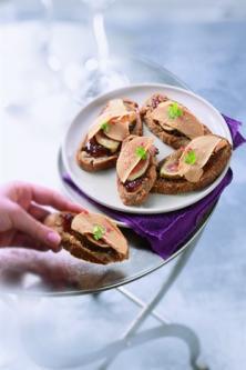 Toasts de foie gras, figues et baies roses