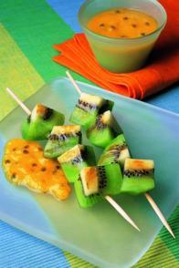 Brochettes de kiwi, coulis aux fruits exotiques