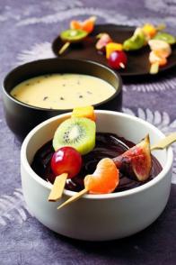 Brochettes de fruits de saison aux deux chocolats