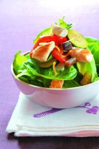 Salade d'épinards frais au poulet et aux légumes