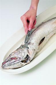 Préparer un gros poisson rond cuit