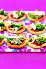 Mini-pizzas à la roquette, au parmesan et aux pignons