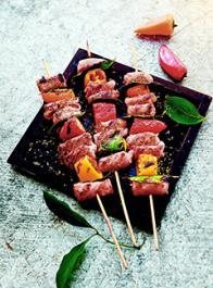 Saucisses grillées, bacon et poivrons