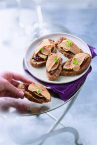 Toasts de foie gras, figues et baies roses