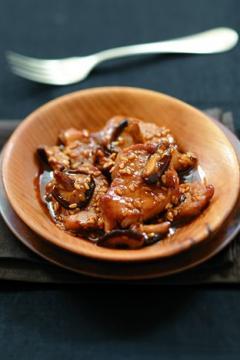 Fricassée de filet mignon de porc et shiitakés au caramel de soja