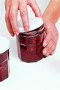 La fermeture à chaud avec des couvercles à vis (twist off)