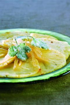 Carpaccio d'ananas, gingembre confit et coriandre cristallisée