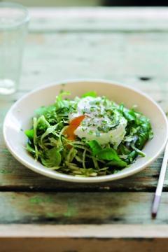 Salade de chou blanc, mâche et œufs mollets
