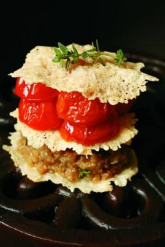 Mille-feuille aux tuiles de parmesan, tomates confites et caviar d'aubergine