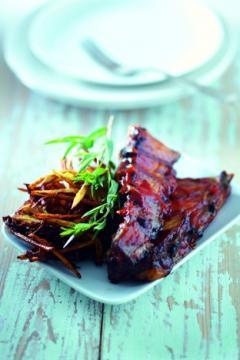 Travers de porc sauce barbecue, friture de pommes de terre