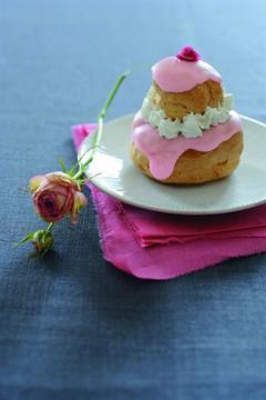 Religieuses à la crème fraise-rose