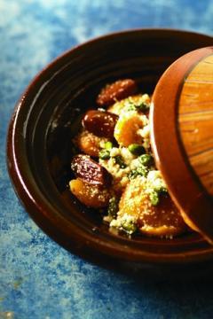 Tajine d'abricots, dattes, pistaches et amandes