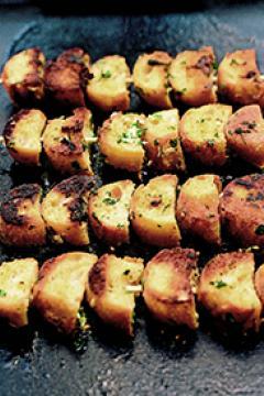 Brochettes de pain à l'ail