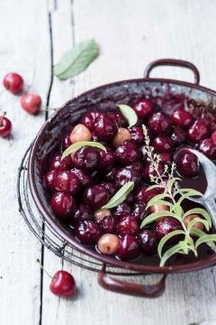 Cerises noires au vin rosé et à la verveine