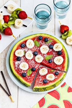 pizza pastèque et brochettes de fruits