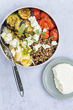 Lentilles aux tomates et courgettes rôties au chèvre