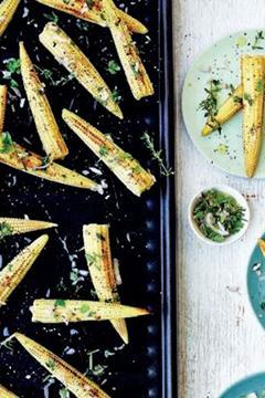 Maïs grillé, sauce aux herbes du jardin