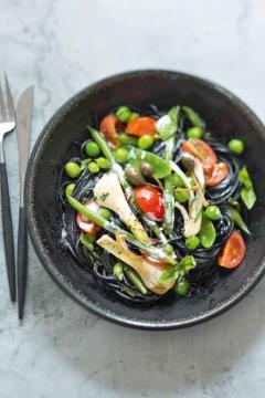 Pâtes noires aux légumes