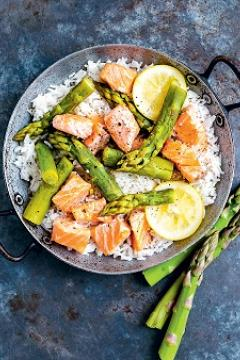 Cocotte de riz aux asperges et au saumon