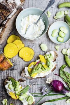 Tartines aux fèves et betterave