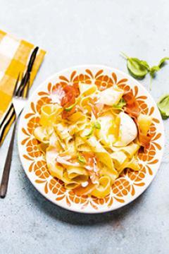 Pappardelle crémeuses au jambon fumé, œuf mollet et basilic